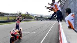 Márquez dedica el triunfo a los suyos en Sachsenring.