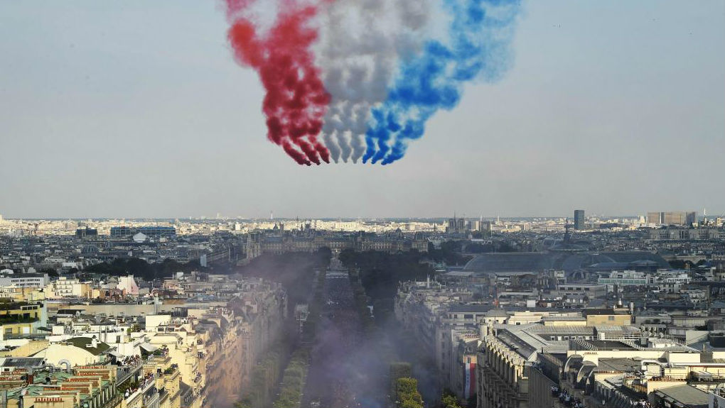 Aviones del ejército francés pintan en el cielo la bandera de Francia.