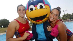 Paula Leitón y Maica García, con la mascota del Europeo.