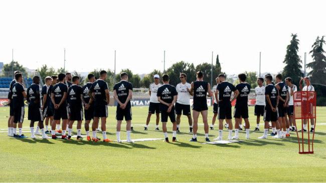 Lopetegui se dirige a sus jugadores en el primer entrenamiento.