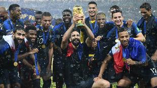 Rami, levantando la Copa del Mundo delante de sus compañeros.