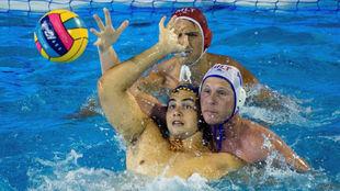 Roger Tahull intenta controlar la pelota ante Aurelien Cousin.