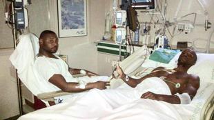 Abidal, junto a su primo Gerard, tras el transplante de hígado que se...