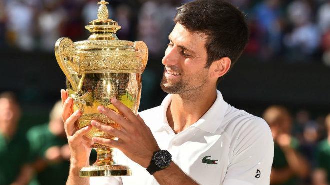 Novak Djokovic posa con el trofeo de Wimbledon