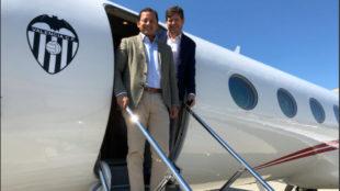 Anil Murthy y Mateu Alemany, en el avión privado de Lim, con el...