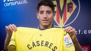 Santiago Cáseres posa con la camiseta del Villarreal durante su...