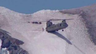 El helicóptero Chinook durante su aterrizaje en la cima del monte...