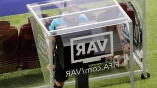 El árbitro argentino Néstor Pitana consulta el VAR en la final del...