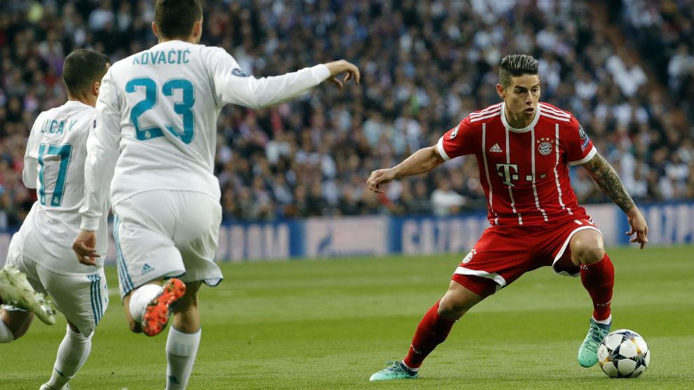 James controla la pelota delante de Lucas Vázquez y Kovacic en el...