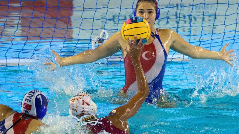 Clara Espar, en uno de sus lanzamientos del partido de hoy