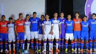 Los jugadores de Cruz Azul posan con la equipación de local,...