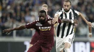 N'Koulou defiende a Higuaín en el derbi de Turín.