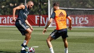 Benzema y Mayoral pelean por un balón en el entrenamiento