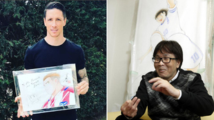 Torres posa con el dibujo realizado por Yoichi Takahashi