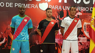 Kakuta, Embarba y Trejo presentando las camisetas