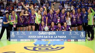 La plantilla del BM La Calzada celebra su victoria en la pasada Copa...