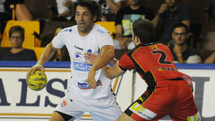 Juanín García durante un partido con el Ademar ante el Huesca