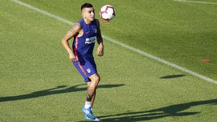 Correa, con el balón durante el entrenamiento.