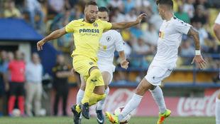 Santi Cazorla disputa una pelota en el partido ante el Hércules.
