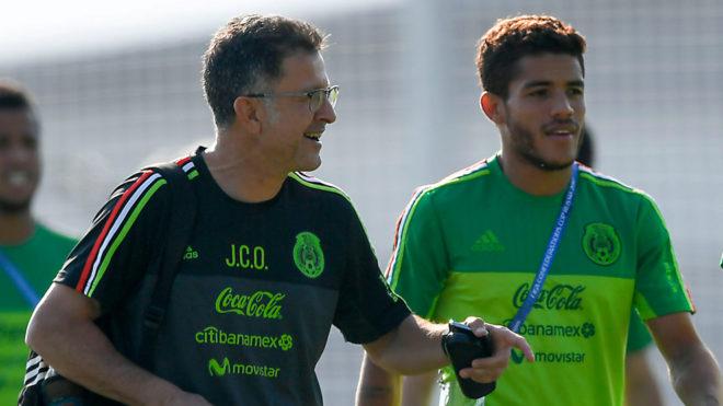 Juan Carlos Osorio y Jonathan dos Santos, en el entrenamiento de la...