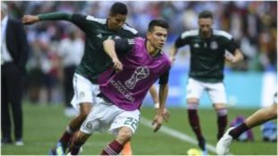Hirving Lozano, en un calentamiento de la selección mexicana.