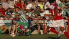 Canales conduce un balón durante el partido
