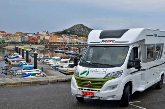 La autocaravana, en el parking del puerto marítimo.