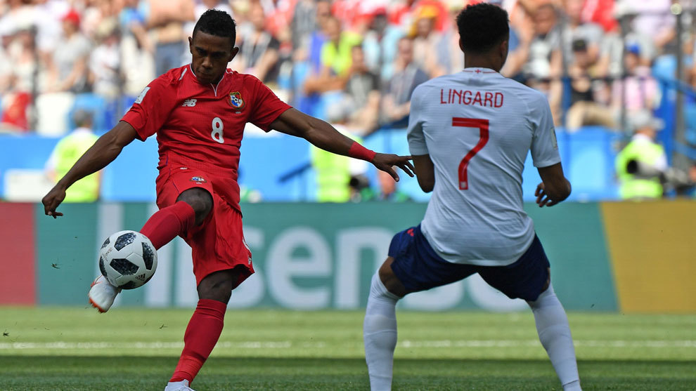Bárcenas efectúa un disparo en el partido de Panamá ante Inglaterra...