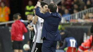 Marcelino y Guedes se saludan durante un partido de la pasada...