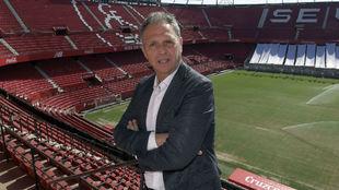 Joaquín Caparrós (62), director de fútbol del Sevilla, posa en el...