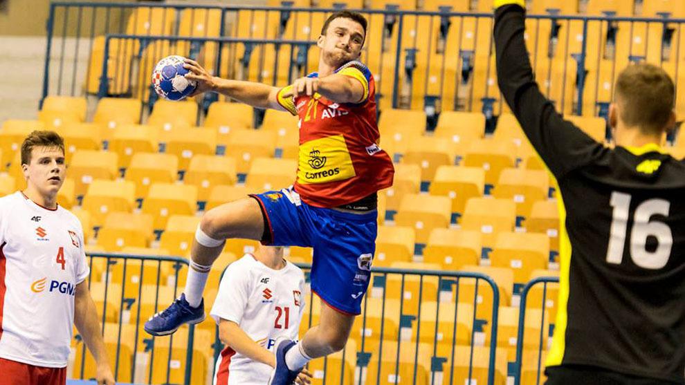 El extremo izquierdo español Mikel Zabala lanza a portería ante...