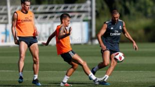 Ceballos pelea con Karim un balón ante la mirada de Bale en...
