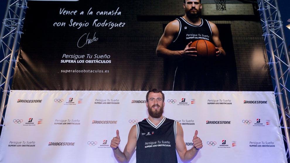 Sergio Rodríguez posa en el acto de Bridgestone 'Vence a la canasta'