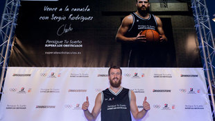 Sergio Rodríguez posa en el acto de Bridgestone 'Vence a la...