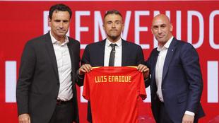 Luis Enrique en su presentación junto a Molina y Rubiales.