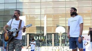 Ricky Rubio junto al cantante Pau Dones