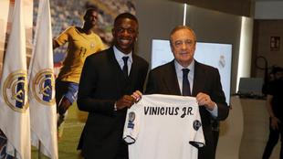 Vinícius Junior y Florentino Pérez en su presentación como jugador...