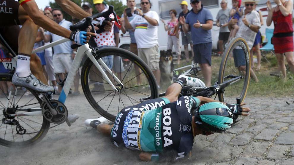 La caída en el pavés ha lastrado a Rafal Majka en la primera...