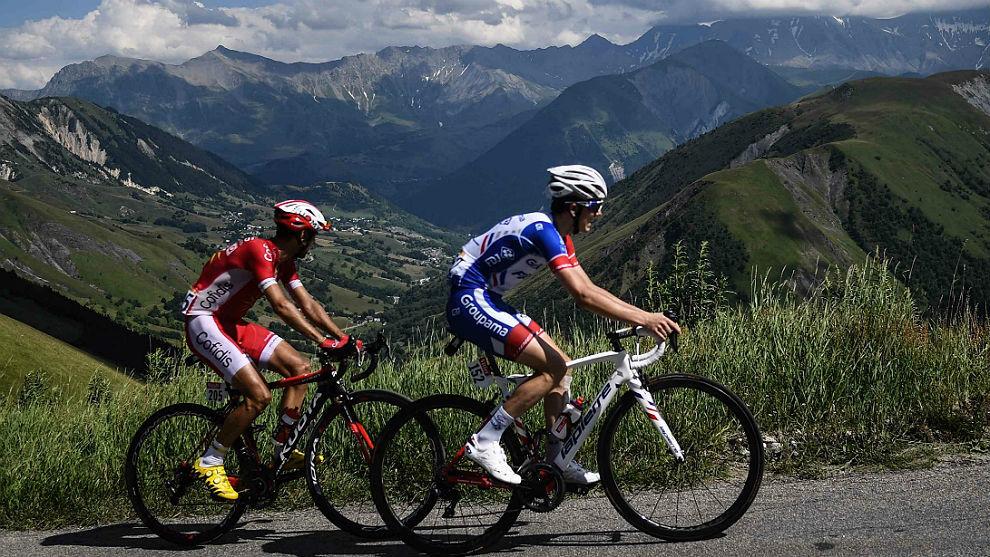 Daniel Navarro, a rueda de David Gaudu en la etapa de L'Alpe d'Huez.