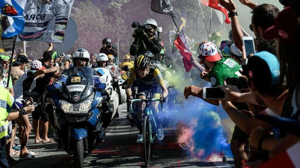 Steven Kruijswijk entre la humareda de las bengalas en L'Alpe d'Huez.