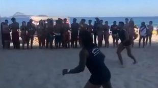Marcelo se divierte jugando a futvolley en la playa.