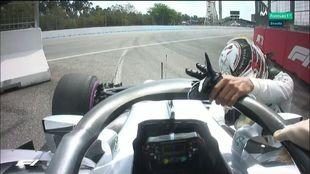 Hamilton lamentándose junto a su coche