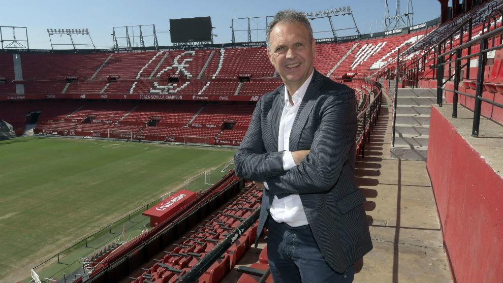 Joaquín Caparrós (62), posa para MARCA en el Sánchez-Pizjuán.
