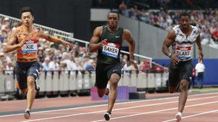 El estadounidense Ronnie Baker, en el centro, en los 100 metros de...