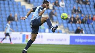 Harold Moukoudi (20) controla el balón en un partido.