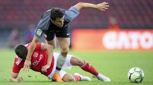 Cervi y Corchia disputan el balón en el Benfica-Sevilla disputado en...