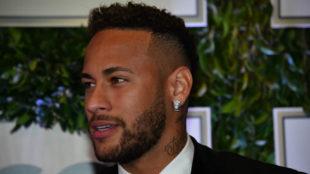 Neymar posa para la prensa