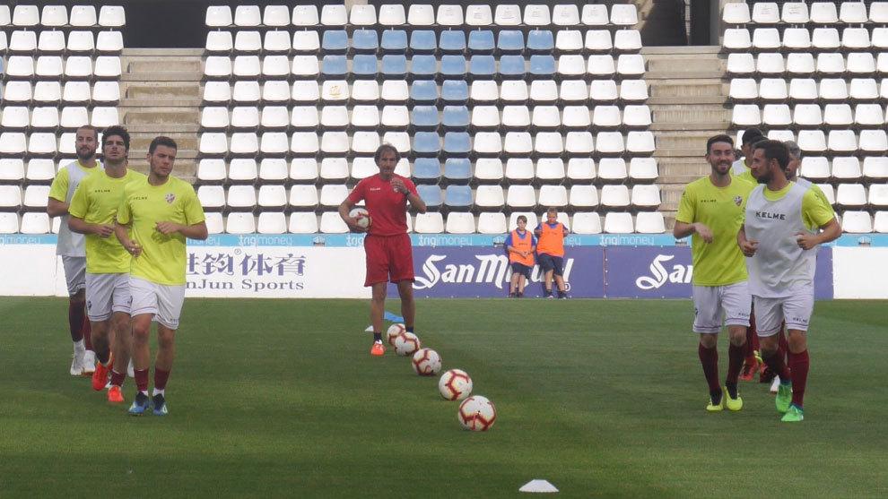 Imagen del calentamiento del Huesca previo al partido ante el Lleida.