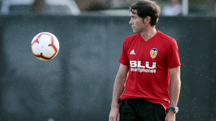 Marcelino mira un balón durante un entrenamiento.