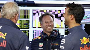 Daniel Ricciardo, charlando con Christian Horner y Helmut Marko
